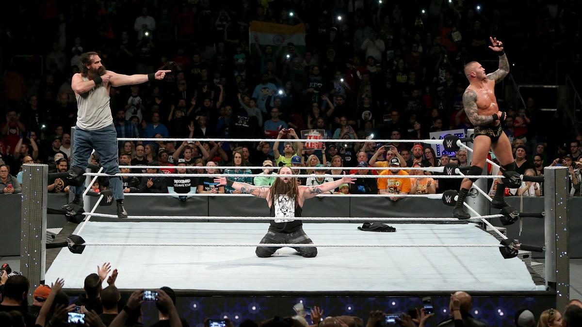 Wyatt y Orton celebran la victoria con Luke Harper.